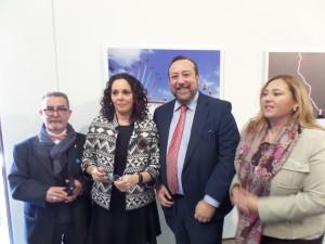 La delegada de EFE en Murcia, Celia Cantero, junto al decano del Colegio de Periodistas, Juan Antonio De Heras, y miembros de la directiva.