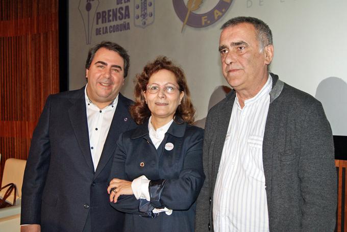 El alcalde de A Coruña, Carlos Negreira; la presidenta de la FAPE, Elsa González; y el presidente de la Asociación de la Prensa de La Coruña, Manuel González, en la inauguración de la Asamblea